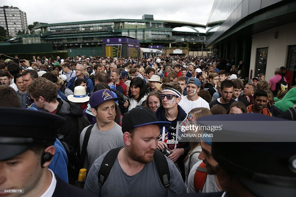 Spectators queue to enter The All England Lawn Tennis Club in Wimbledon, southwest London, on June 27, 2016 on the first day of the 2016 Wimbledon Championships. / AFP / ADRIAN