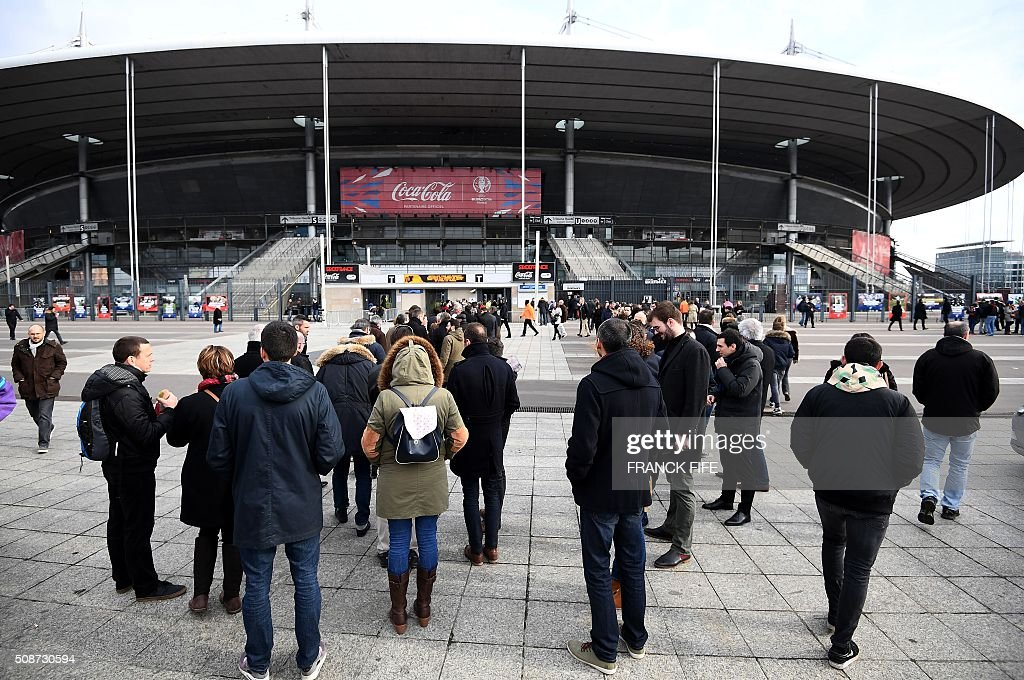 Spectators wait before a security check-point outside the Stade-de-France stadium in Saint-Denis, north of Paris, on February 6, 2016, prior to the Six Nations international rugby union match between France and Italy. / AFP / Franck FIFE