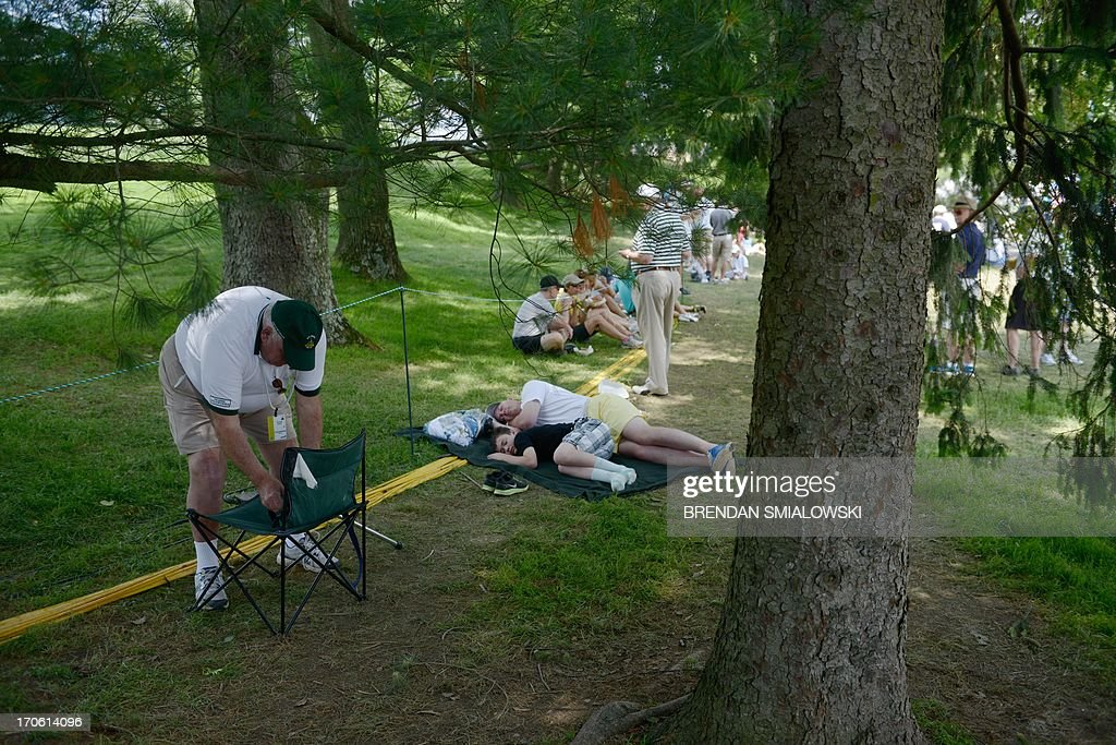 Spectators wait for golfers during the third round of the US Open at Merion Golf Club on June 15, 2013 in Ardmore, Pennsylvania. AFP PHOTO/Brendan SMIALOWSKI
