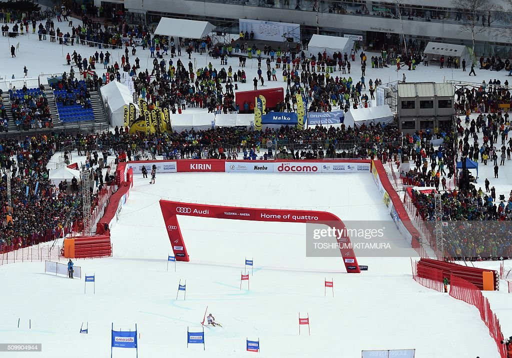 Spectators watch Philipp Schoerghofer of Austria skiing down the course during his first run at the FIS Ski World Cup 2015/2016 6th men's giant slalom in Naeba, Niigata prefecture on February 13, 2016. AFP PHOTO / TOSHIFUMI KITAMURA / AFP / TOSHIFUMI KITAMURA