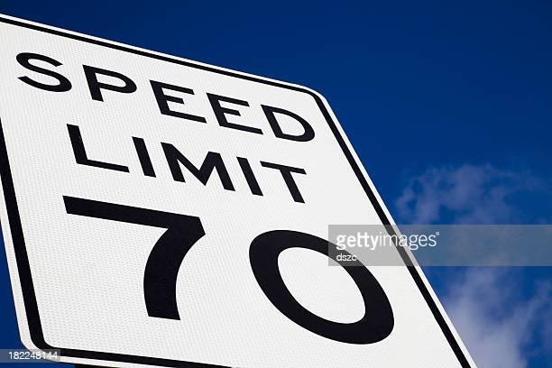 Limite de Velocidade de 70 Sinal de estrada céu azul espaço para texto