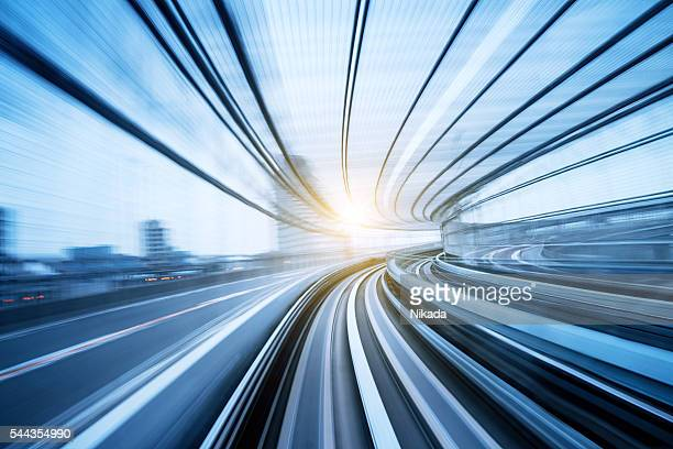 Velocità di movimento attraverso un tunnel