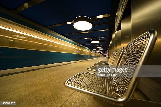 Le train à grande vitesse avec fond métallique de munich métro (G