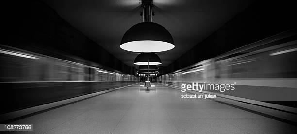 Beschleunigung subwaytrains im modernen Plattform