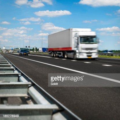 オランダ highway を疾走するトラック