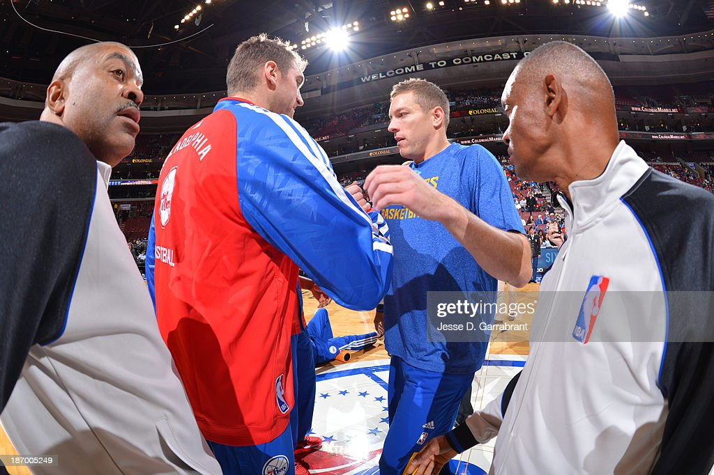 <a gi-track='captionPersonalityLinkClicked' href=/galleries/search?phrase=Spencer+Hawes&family=editorial&specificpeople=3848319 ng-click='$event.stopPropagation()'>Spencer Hawes</a> #00 of the Philadelphia 76ers and David Lee #10 of the Golden State Warriors shake hands at the Wells Fargo Center on November 4, 2013 in Philadelphia, Pennsylvania.