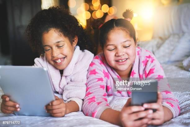 Unser Tag zu verbringen, im Innenbereich und online