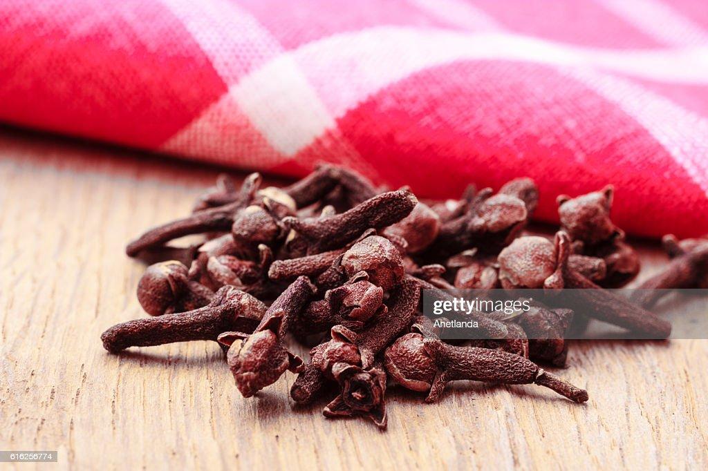 Dientes de especias, en mesa de cocina : Foto de stock