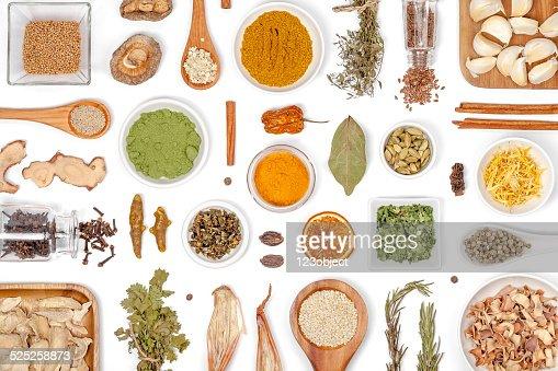Spezie ed erbe su sfondo bianco : Foto stock