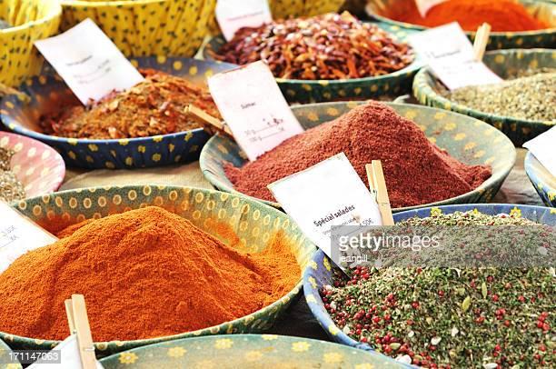 Épices sur un Étal de marché en-provence, France