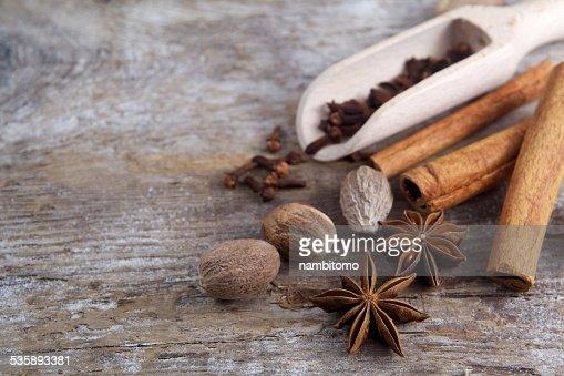 スパイスの木製の背景にしています。 : ストックフォト