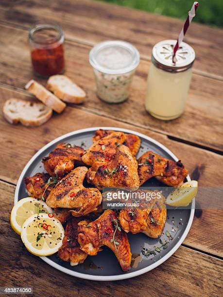 Würzige chicken wings mit Sommer Getränke und Würzmitteln