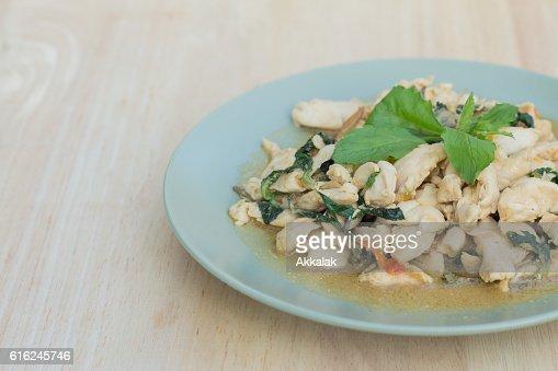 Spicy frango frito com Manjericão folhas : Foto de stock