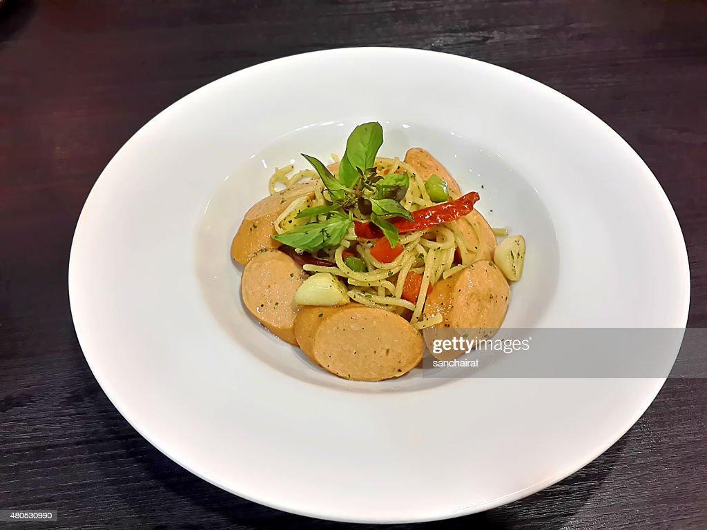Speziata Mescolare Spaghetti con salsiccia di maiale fritto : Foto stock