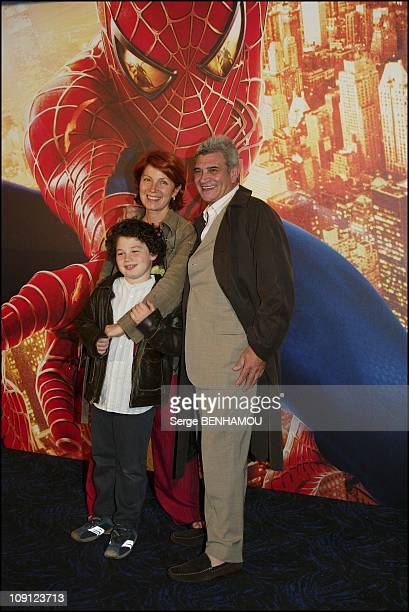 Spiderman 2 Premiere In Paris On July 8 2004 In Paris France Veronique Genest With Son And Husband