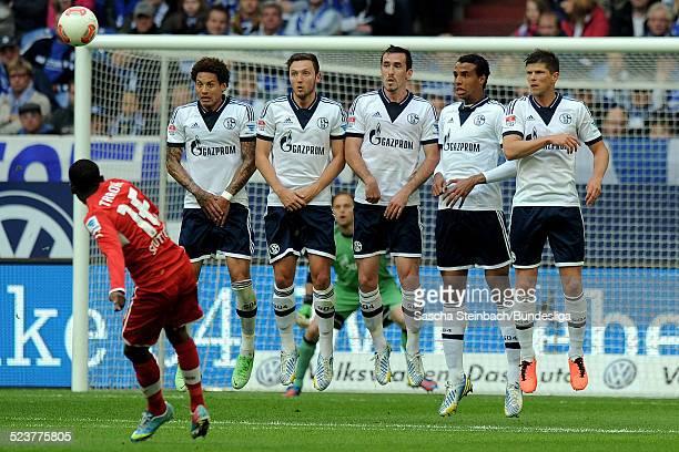 Spieler von Schalke springen zu einer Mauer hoch waehrend des Bundesligaspiels zwischen FC Schalke 04 und VFB Stuttgart in der VeltinsArena am 11 Mai...
