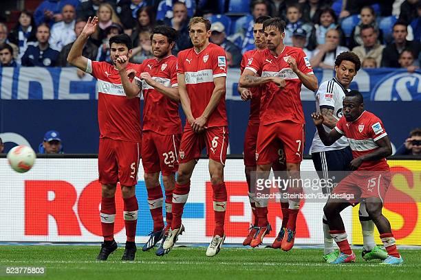 Spieler von Stuttgart springen zu einer Mauer hoch waehrend des Bundesligaspiels zwischen FC Schalke 04 und VFB Stuttgart in der VeltinsArena am 11...