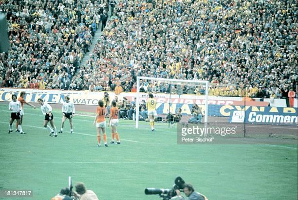 Spielszene Endspiel der FussballWeltmeisterschaft 1974 BRD Holland München Deutschland Stadion Finale Fussball Publikum Fans Fussballer...
