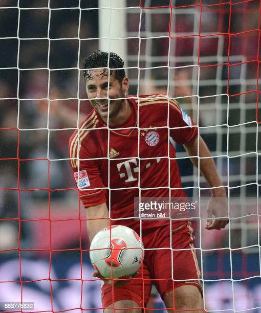 FUSSBALL 1 BUNDESLIGA SAISON 2012/2013 27 Spieltag FC Bayern Muenchen Hamburger SV Bayern Muenchen vierfacher Torschuetze Claudio Pizarro hat gut...