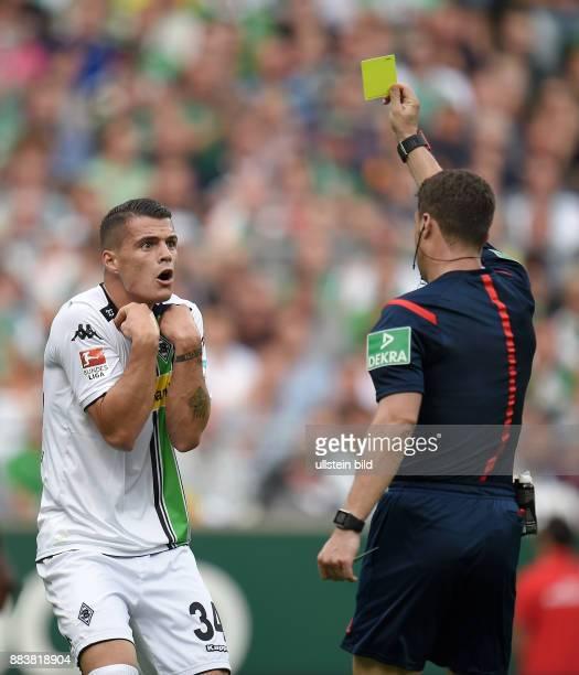 FUSSBALL 1 BUNDESLIGA SAISON 2015/2016 3 Spieltag SV Werder Bremen Borussia Moenchengladbach Schiedsrichter Felix Zwayer zeigt Granit Xhaka die Gelbe...