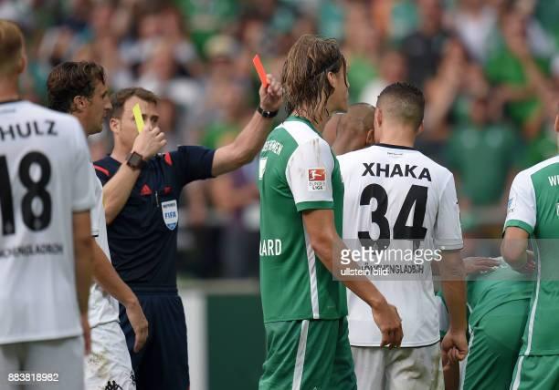 FUSSBALL 1 BUNDESLIGA SAISON 2015/2016 3 Spieltag SV Werder Bremen Borussia Moenchengladbach Schiedsrichter Felix Zwayer zeigt Granit Xhaka die...