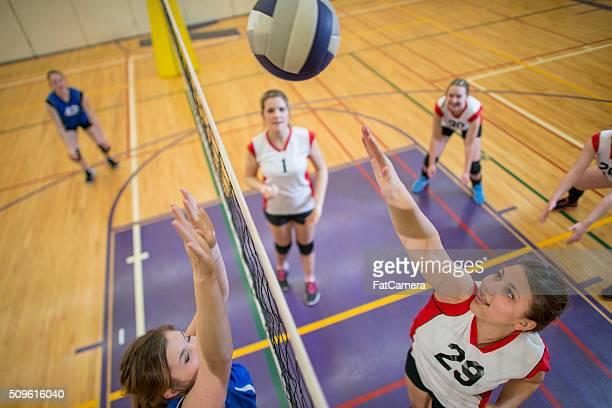 Schmettern den Ball über das Netz