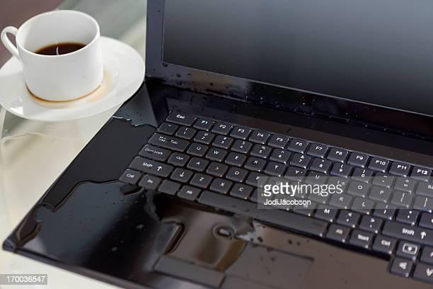 spilled Kaffee auf einem computer
