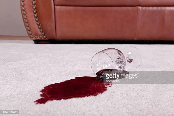 Bicchiere di vino versato sul tappeto nuovi
