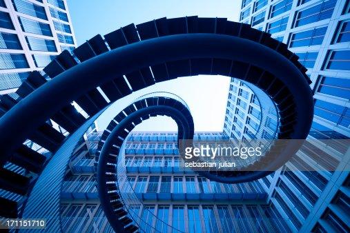 Espiral stiars na frente de arquitectura Moderna