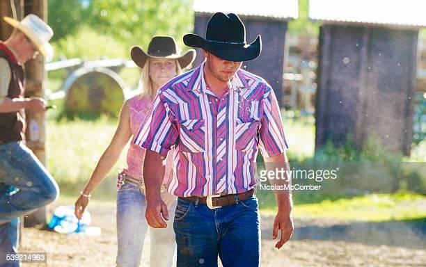 Spucken cowboy am Ende des Tages auf der ranch