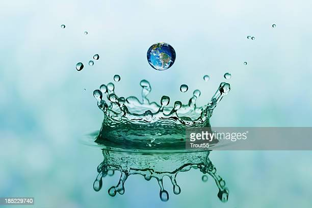 Splash and drop mit Reflexion der Welt