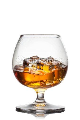 Splash de whisky con hielo en vaso aislado en blanco foto for Copas para whisky