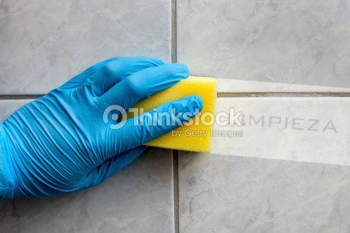 Spugna pulizia del bagno con scritta in spagnolo foto stock thinkstock