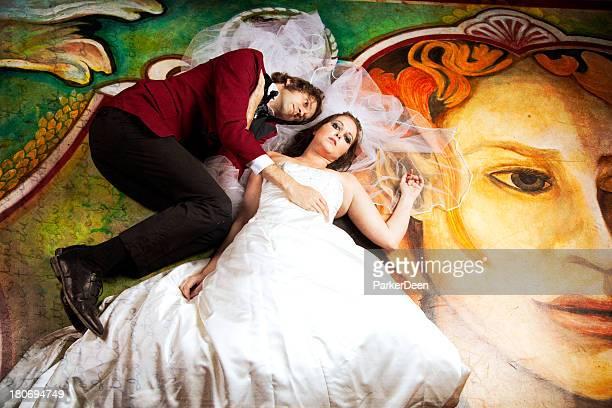 Spuk Braut und Bräutigam auf dem Bauch liegen Prüfungen wunderschönen Wandverzierungen