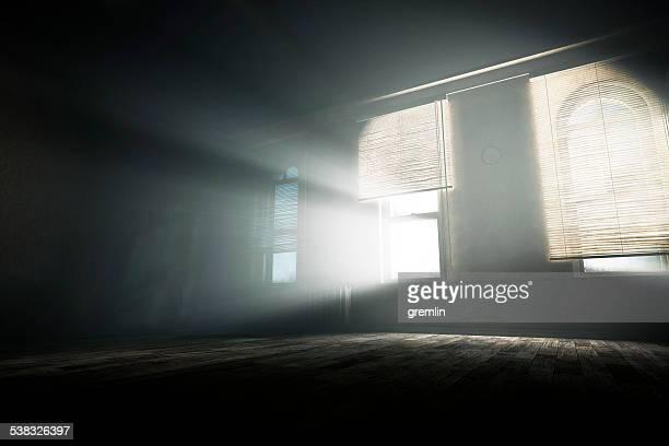 Spuk leeren Raum mit geheimnisvollen Licht Balken