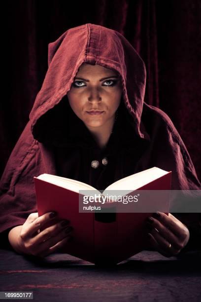 spooky adivino leer un libro