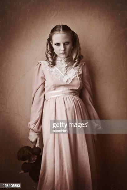 Spuk Victiorian Mädchen mit Puppe