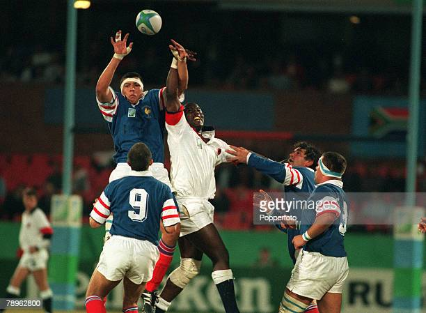 Sport 1995 Rugby Union World Cup Pretoria South Africa France 19 v England 9 France's Abdelatif Benazzi beats England's Steve Ojomoh to win the line...