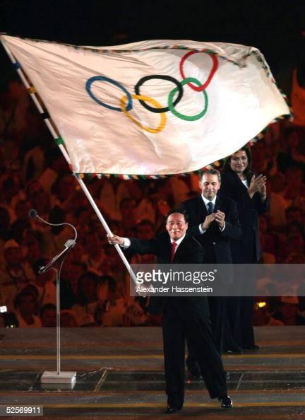 Sport / Diverses Olympische Spiele Athen 2004 Athen Abschlussfeier Uebergabe der Olympischen Fahne an Wang QISHAN / CHN Buergermeister von Peking und...