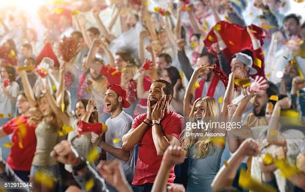 スポーツファン:男性叫ぶ