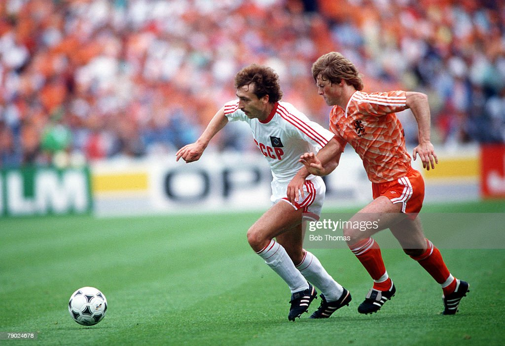 Sport, Football, 1988 European Championships, Final, Munich, Germany, 25th June 1988, Holland 2 v USSR 0, USSR's Sergei Aleinikov is chased by Holland's Erwin Koeman