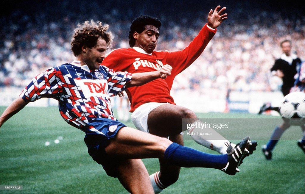 Sport, Football, European Football, circa, 1992,Dutch League, Ajax Amsterdam's Danny Blind contests the ball with PSV Eindhoven's Romario