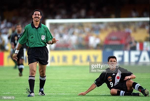 Sport Football FIFA Club World Championships Rio de Janeiro Brazil 8th January 2000 Vasco Da Gama 3 v Manchester United 1 The referee smiles as Vasco...