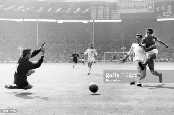 22nd May 1963 European Cup Final at Wembley AC Milan 2 v Benfica 1 AC Milan goalkeeper Giorgio Ghezzi dives to save from Benfica's Jose Torres as...