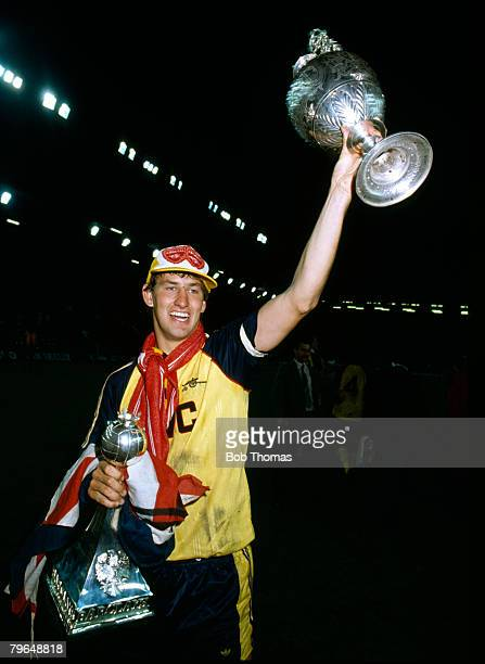 26th May 1989 Division 1 Liverpool 0 v Arsenal 2 Arsenal captain Tony Adams with the Legue Championship trophy