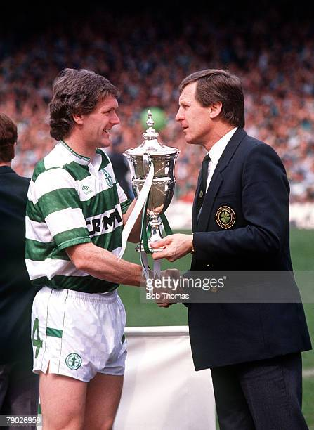 Sport Football Scottish Premier Division Celtic Park Glasgow Scotland 7th May 1988 Celtic 1 v Dunfermline 0 Celtic captain Roy Aitken with his...