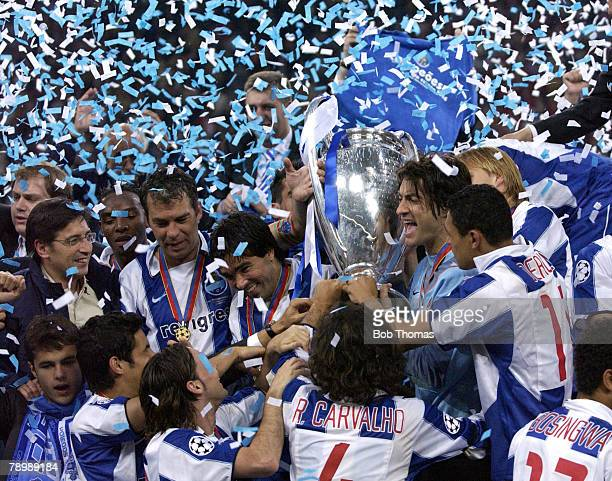Sport Football UEFA Champions League Final Gelsenkirchen 26th May 2004 AS Monaco 0 v FC Porto 3 The Porto team celebrate with the trophy