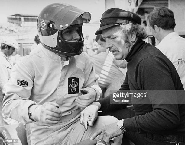 Sport Motor Racing Brands Hatch England July 1972 Lotus team boss Colin Chapman talks to driver Emerson Fittipaldi of Brazil during practice for the...
