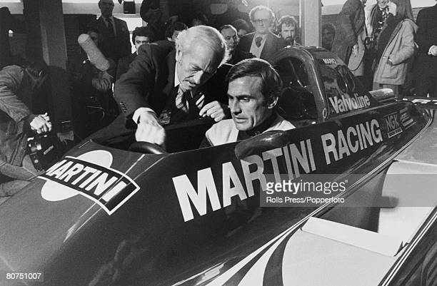Sport Motor Racing England Brands Hatch Colin chapman head of Lotus explains the cockpit of the new Martini Lotus 80 Grand Prix car to Carlos...