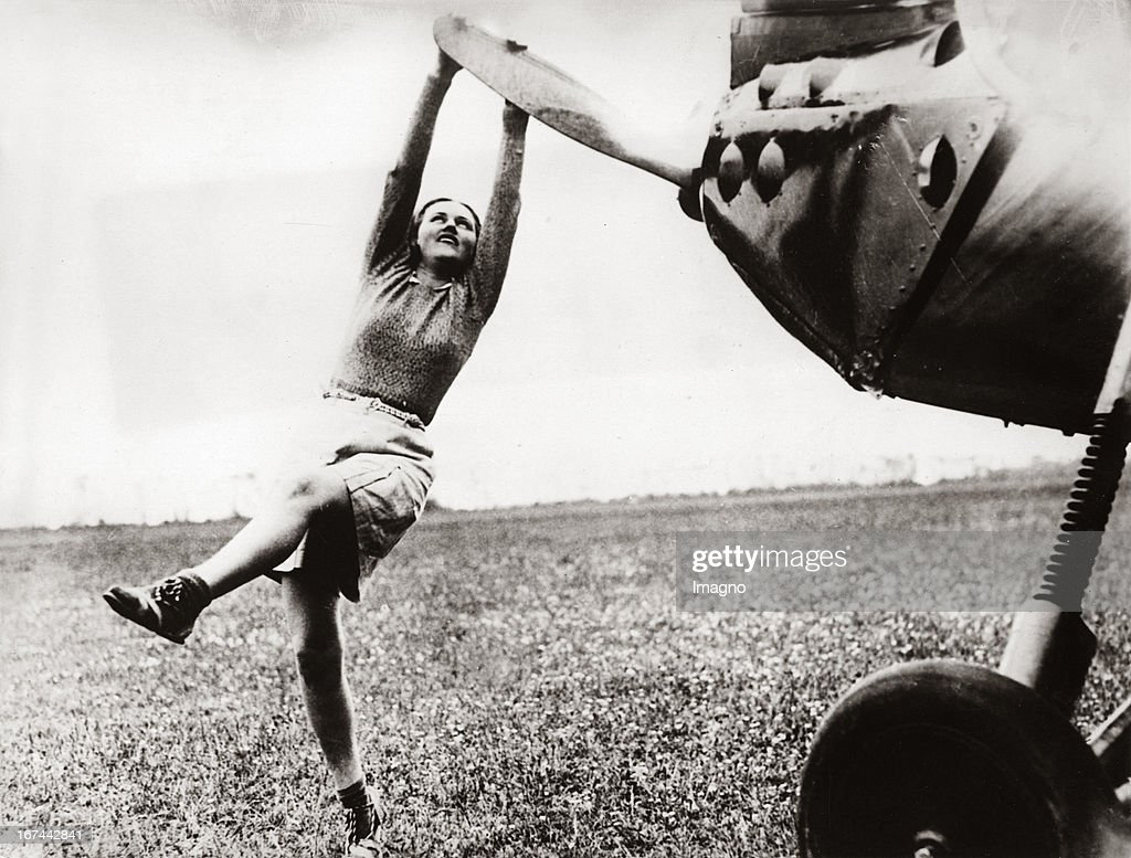 A sport pilot sets a propeller of her aeroplane in motion. About 1935. Photograph. (Photo by Imagno/Getty Images) Sportfliegerin setzt in Brighton/England den Propeller ihres Flugzeugs in Bewegung. Um 1935. Photographie (press print). 15,1 : 20 cm .